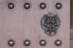 Бронзовый knocker головы дракона украшенный на деревянном стробе Стоковое Изображение RF