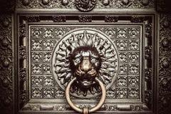 Бронзовый knocker с головой льва Стоковая Фотография RF