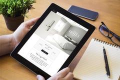 бронирование гостиниц таблетки настольного компьютера онлайн Стоковое Изображение RF