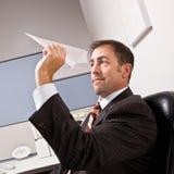 бросать бизнесмена самолета бумажный стоковое фото rf