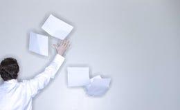 бросать бумаги человека стоковые фотографии rf