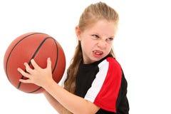бросать игрока девушки ребенка баскетбола шарика серьезный Стоковые Фотографии RF