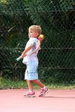 бросать мальчика шарика стоковые фото
