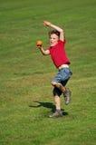 бросать мальчика шарика Стоковые Фотографии RF
