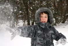 бросать снежка мальчика Стоковая Фотография RF