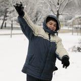 бросать snowball мальчика Стоковое Изображение