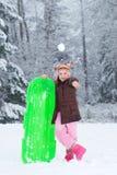 бросать snowball ребенка Стоковые Фотографии RF