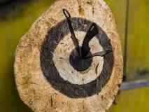 Бросая ножи на открытом воздухе Стоковое Фото