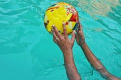 Бросая шарик в бассейне Стоковое Изображение