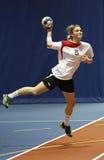 Бросок в прыжке женщины команды гандбола Стоковые Фото