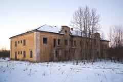 Брошенный 2-storeyed дом Работая русский Америка поселения предприятия для извлечения p Стоковое фото RF