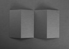Брошюра чистого листа бумаги на серой предпосылке Стоковая Фотография