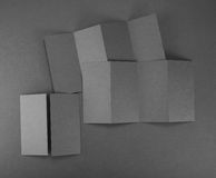 Брошюра чистого листа бумаги на серой предпосылке Стоковое Изображение