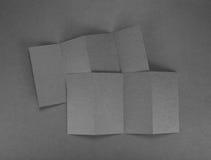 Брошюра чистого листа бумаги на серой предпосылке Стоковое Изображение RF