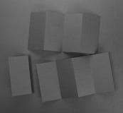 Брошюра чистого листа бумаги на серой предпосылке Стоковые Фото