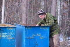 бродяга около мусорного ведра Стоковые Фото