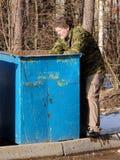 бродяга около мусорного ведра Стоковое Фото