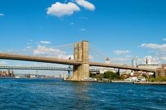 Бруклинский мост в New York на яркий день Стоковые Изображения RF