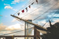 Бруклинский мост, Ист-Ривер, езда шлюпки, Нью-Йорк, Манхэттен стоковое фото rf