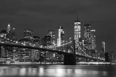 Бруклинский мост и городские небоскребы в Нью-Йорке, черно-белом Стоковая Фотография