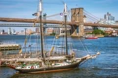 Бруклинский мост над Ист-Ривер в Нью-Йорке стоковые фотографии rf