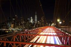 Бруклинский мост с запачканными светлыми следами, Нью-Йорк Стоковое Изображение