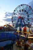 БРУКЛИН, НЬЮ-ЙОРК - 31-ОЕ МАЯ: Колесо интереса на парке атракционов острова кролика Стоковые Изображения RF