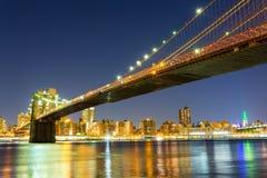 Бруклинский мост, взгляд ночи Манхэттена от Гудзона стоковое фото rf