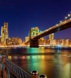 Бруклинский мост и горизонт на ноче, Нью-Йорк Манхаттана Стоковое фото RF