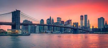 Бруклинский мост и Манхаттан на сумраке Стоковое Фото