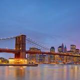 Бруклинский мост и Манхаттан на сумраке Стоковые Изображения