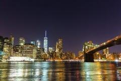 Бруклинский мост и портовый район Манхэттена на ноче стоковые фотографии rf