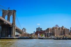 Бруклинский мост и сторожевая башня стоковые фото