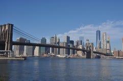 Бруклинский мост обозревая горизонт Манхаттана Стоковые Фотографии RF