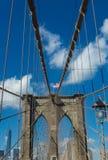 Бруклинский мост с американским флагом на верхней части стоковое фото