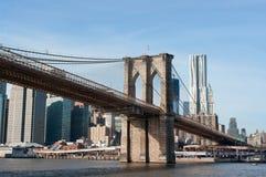 Бруклинский мост с городским пейзажем Манхаттана позади Стоковые Фотографии RF