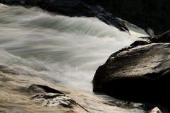 брызгает белизну воды Стоковая Фотография