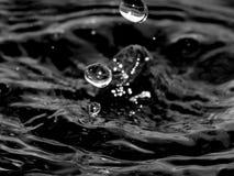 Брызгает воды с выплеском на черно-белом изображении Стоковые Изображения