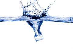 Брызгать куб льда стоковое изображение rf