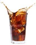 брызгать льда колы droped кубиком стеклянный Стоковые Изображения