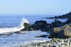 Брызгать океанскую волну на скалистом seashore Baja, Мексика Стоковые Изображения RF
