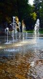 Брызгать фонтаны танцев в парке Podebrady Стоковые Изображения