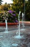 Брызгать фонтаны танцев в парке Podebrady Стоковая Фотография