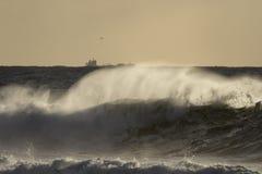 Брызг волны моря на заходе солнца Стоковое Фото