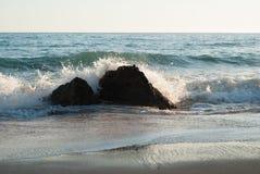 Брызг воды с утесов Стоковое Фото