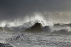 Брызг моря на заходе солнца Стоковые Изображения RF
