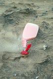 брызг пластмассы бутылки пляжа стоковая фотография