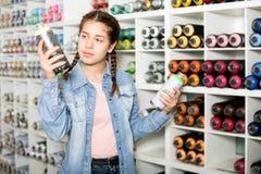 Брызг цвета девушки ходя по магазинам акриловый Стоковые Изображения RF