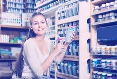Брызг цвета женщины ходя по магазинам акриловый Стоковое фото RF