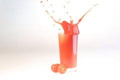 Брызните в соке томата в прозрачном стекле на белом backgro Стоковая Фотография